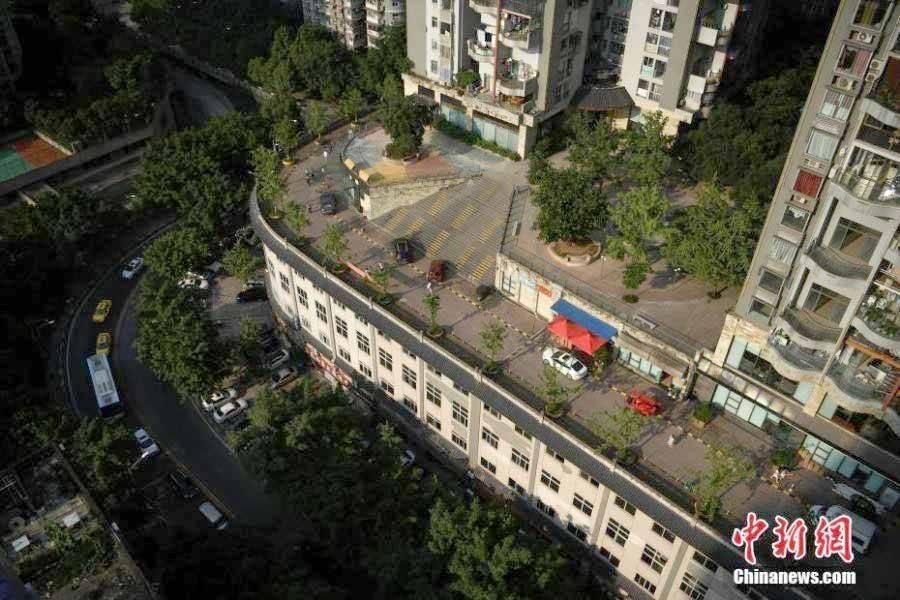 Este estranho prédio na China tem uma rua em seu telhado. Foto: Chinanews