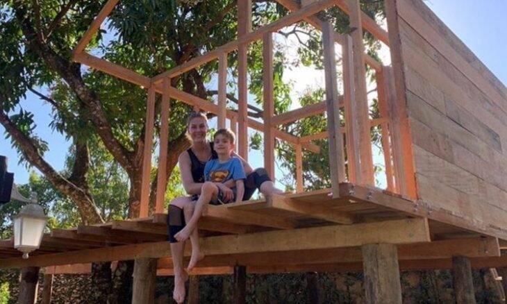 Ana Hickmann ajuda a construir casa na árvore para seu filho
