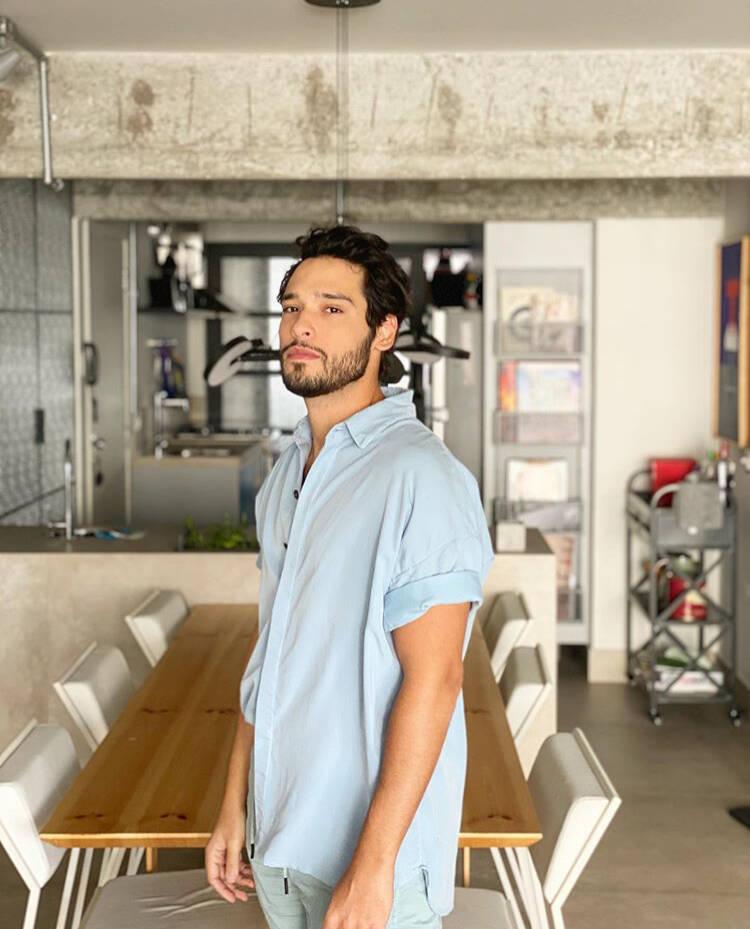 Bruno Fagundes abre as portas de seu apartamento industrial em São Paulo