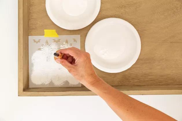 DIY: 5 passos para pintar móveis que você já tem em casa com estêncil