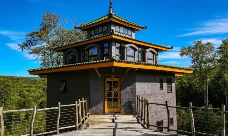 Confira: Casa inspirada em templos antigos está à venda nos Estados Unidos