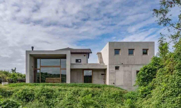 Arquitetos japoneses constroem casa de concreto exposto. Imagem de archdaily