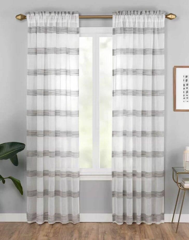 14 inspirações para cortinas da sala que os designers estão amando