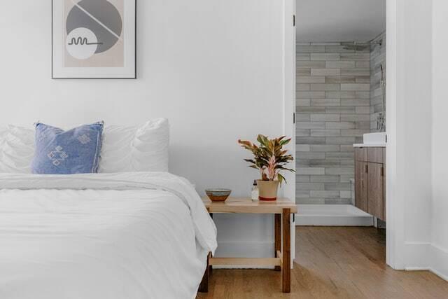 6 truques designers de interiores usam para um quarto mais aconchegante