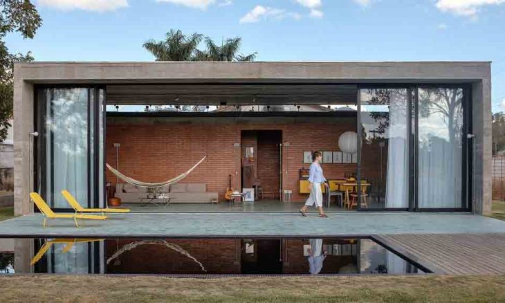 Casa brasileira diferentona vira notícia no exterior por parede de canecas . Imagens: Reprodução/ Hum Arquitetos