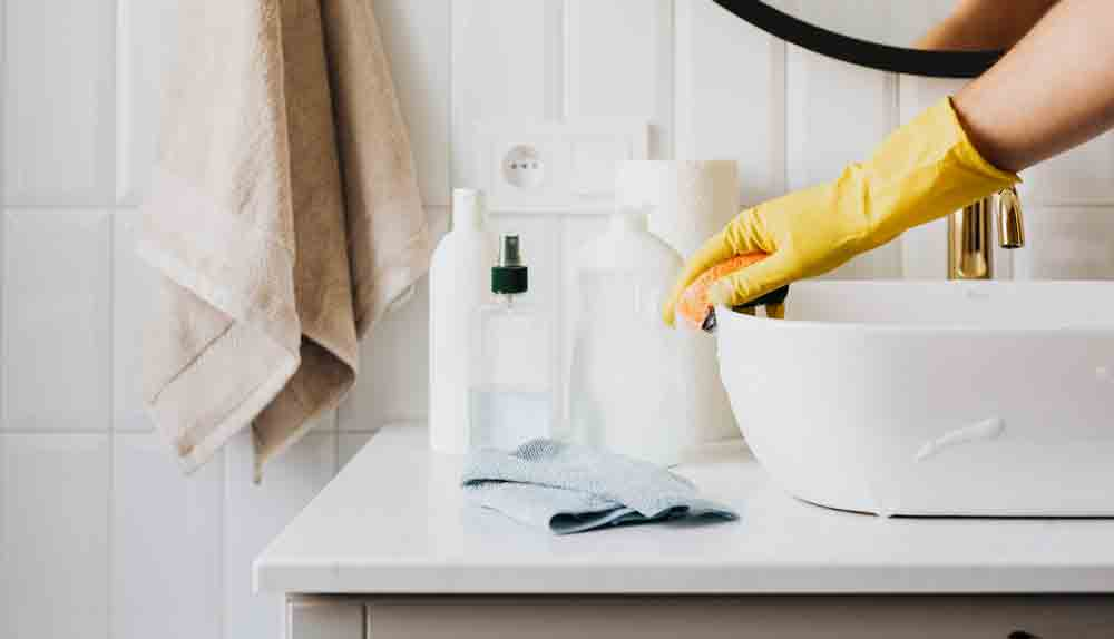 Como limpar a pia velha de porcelana do banheiro. Foto: Karolina Grabowska