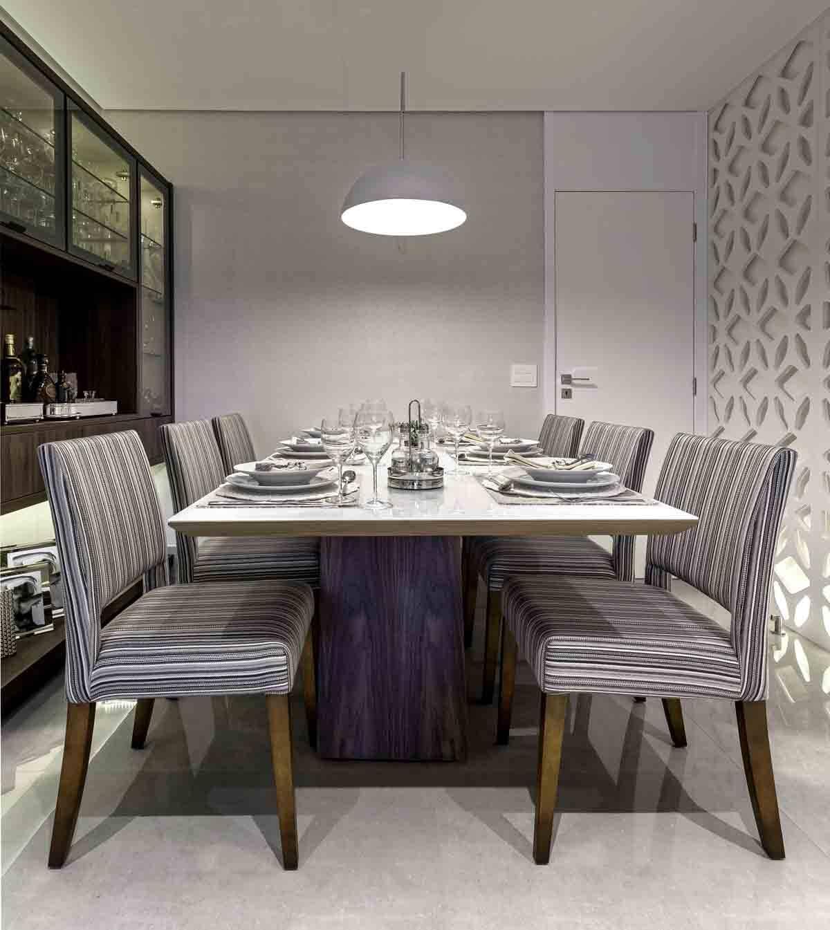 Ao invés do tradicional buffet, a arquiteta projetou uma cristaleira na sala de jantar para armazenar as louças. Os tamanhos variados ajudam a organizar tudo | Projeto: Cristiane Schiavoni | Foto: Carlos Piratininga