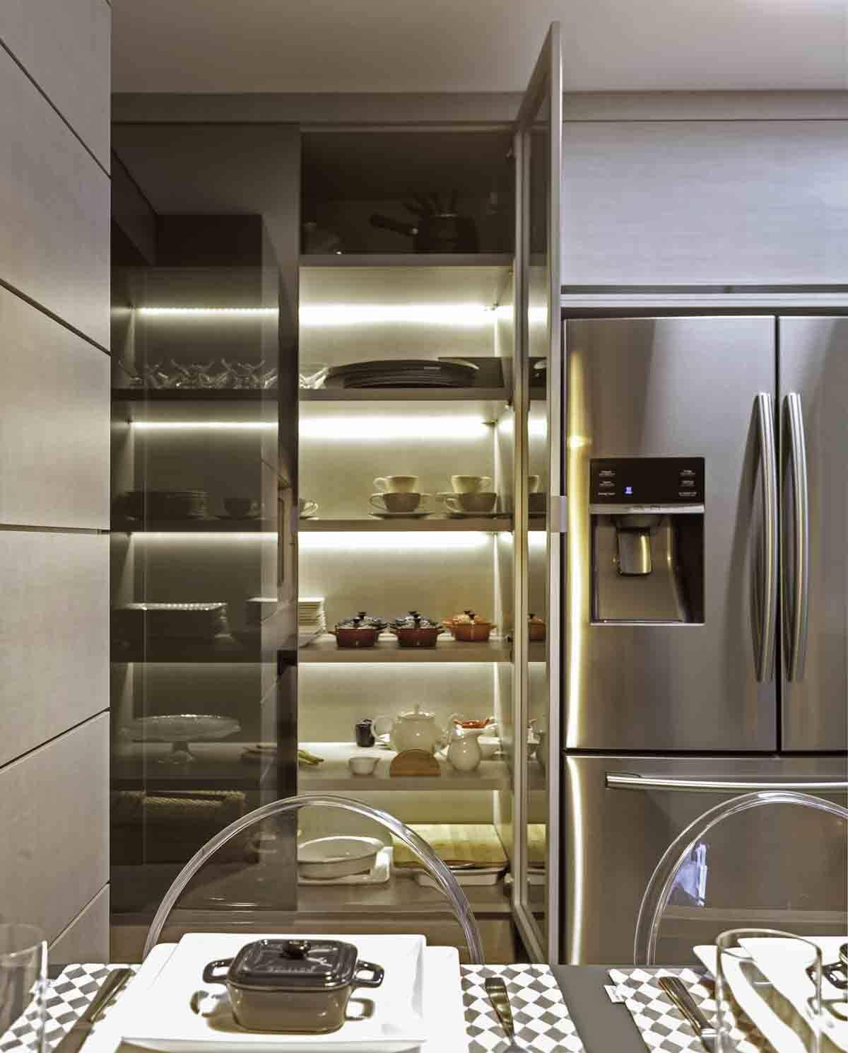 Nesse projeto, a cristaleira foi colocada na cozinha junto à copa, organizando as louças e utensílios mais usados na rotina dos moradores | Foto: Carlos Piratininga