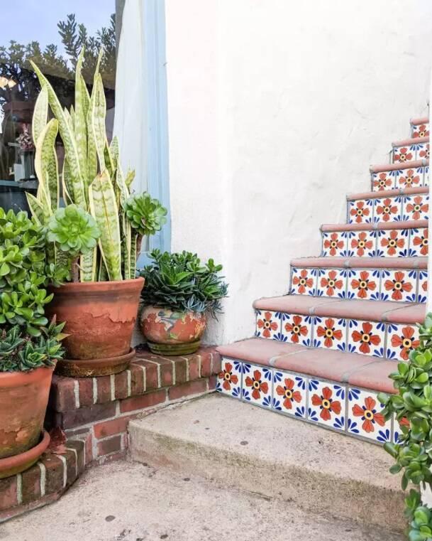 Decoração de escada com azulejos