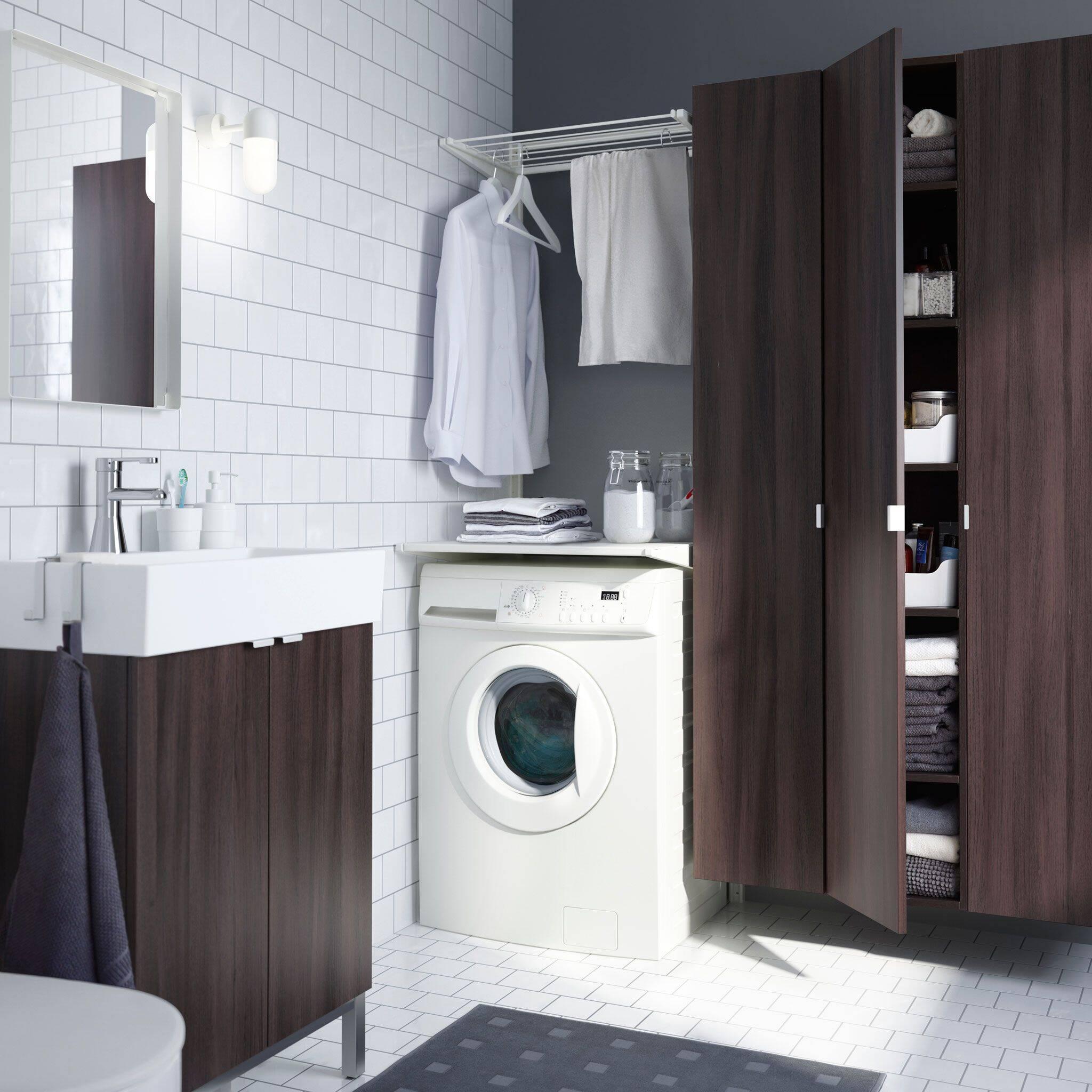 Lavanderia pequena no banheiro