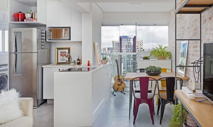 As cadeiras coloridas, mas com o mesmo design, dão um toque de modernidade e alegria ao pequeno apartamento de 35 m² projetado pelo escritório Oliva Arquitetura   Foto: Julia Ribeiro