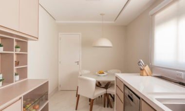 Neste projeto assinado pelo Meet Arquitetura, a copa ganhou um espaço especial nessa cozinha, facilitando o dia a dia dos moradores. A mesa redonda, com quatro posições, é perfeita para refeições rápidas, como o café da manhã | Foto: Henrique Ribeiro