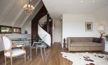 Para o projeto desse chalé, Korman Arquitetos optou por um piso vinílico que evoca a madeira, reforçando a estética rústica. Foto: Gui Morelli