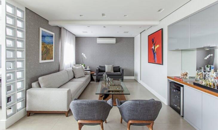 Neste projeto da arquiteta Karina Korn, a sala de estar recebeu tons neutros, deixando o ambiente mais acolhedor e intimista | Foto: Eduardo Pozella
