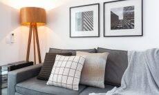 Em tons neutros, coloridos ou com diferentes estampas e padrões, as almofadas trazem o arremate para a décor do cômodo. No sofá de suede, as arquitetas Claudia e Monike elegeram modelos que acompanham o cinza predominante na decoração da sala de estar | Foto: Estúdio São Paulo