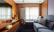 Uma sala de TV aconchegante é ideal para assistir um filme nas noites de inverno. Junto com as almofadas, basta levar uma mantinha para o sofá! | Projeto Dantas & Passos Arquitetura | Foto: Maura Mello