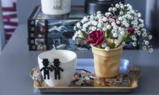 No projeto da arquiteta Pati Cillo, ao lado da cama, a mesa lateral ganhou uma bandeja onde está a xícara customizada com os bonequinhos que celebram a união do casal. Colorida, a segunda xícara se transformou num simpático vasinho de flores | Foto: Luis Gomes