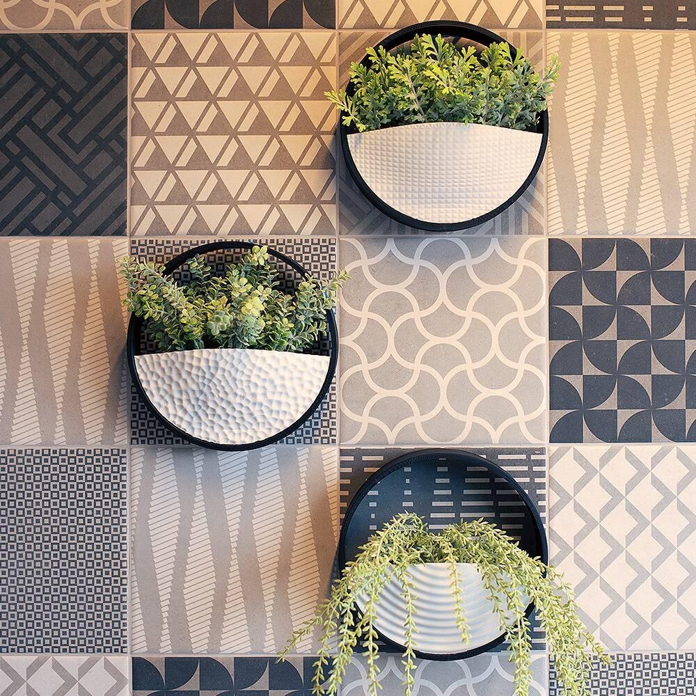 Horta vertical em vasos de parede