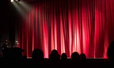 Cortinas e cadeiras teatro.
