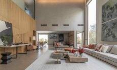 Neste projeto residencial assinado pela arquiteta Patricia Penna, um trecho do setor social conta com pé-direito duplo. No pavimento superior, à esquerda, um grande pano de vidro provê iluminação natural para o acesso ao dormitório de hóspedes | Foto: Leandro Moraes