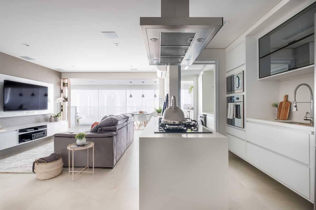 Neste apartamento de 100m² onde hoje mora um jovem casal, o foco do projeto foi a valorização da área social. Com isso, a integração da cozinha, sala de estar e varanda foi o fio condutor das soluções para a arquitetura de interiores promovida pela dupla da Mirá Arquitetura   Foto: Nathalie Artaxo