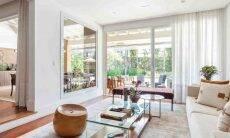 Cortina com o tecido Lexus, da Donatelli, na sala de estar | Projeto de Dantas & Passos Arquitetura e foto de Maura Mello