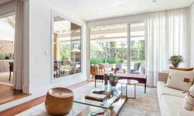 Cortina com o tecido Lexus, da Donatelli, na sala de estar   Projeto de Dantas & Passos Arquitetura e foto de Maura Mello