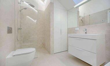 Tendências de 2021 para banheiros pequenos. Crédito: Vecislavas Popa