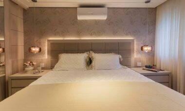 O quarto do casal ganhou iluminação de LED atrás da cabeceira, além de pendentes acima das mesinhas laterais   Projeto de Luciana Ballio e foto de Emerson Rodrigues