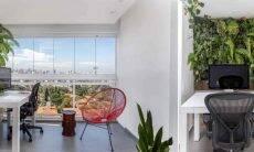 Projeto de Korman Arquitetos optou pelo jardim vertical no home office. Foto: JP Image