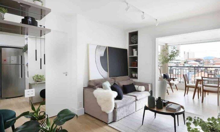Com o deslocamento da sala de jantar para a varanda, o apartamento ganhou abrangência   Projeto: Oliva Arquitetura   Foto: Mariana Orsi