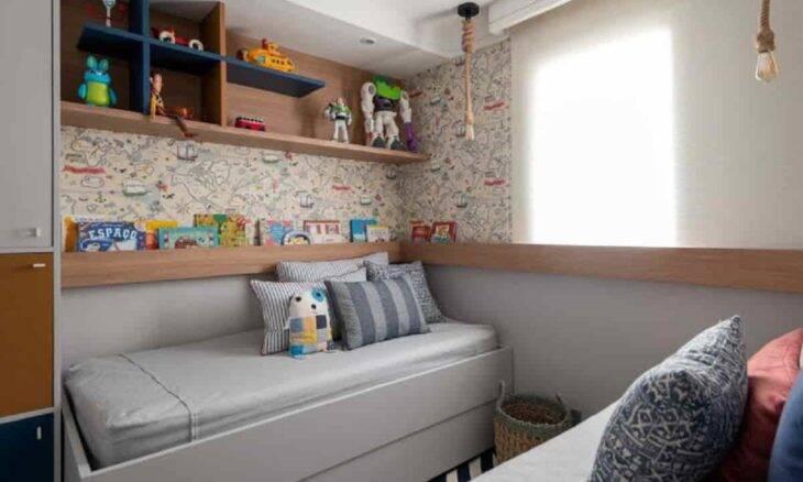 Assinado pela designer de interiores Daiane Antinolfi, o quarto traz um moodboard tranquilo, mas, ao mesmo tempo, colorido   Foto: Henry Lopes