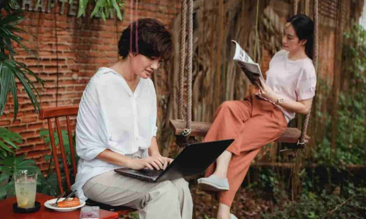 Recanto de leitura no jardim. Crédito: Sam Lion