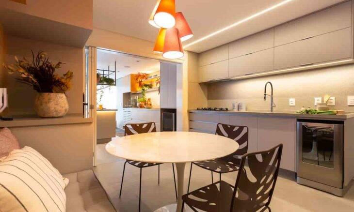 A lava-louças pode ser embutida, colocada em cima da bancada ou posicionada no chão entre um móvel e outro, como neste projeto feito pelo Studio Tan-gram | Foto: Estúdio São Paulo