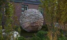 Esculturas em formato de ninho gigante. Crédito: Charlie Baker