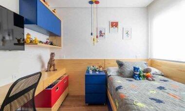 Ao projetar esse quarto de criança, Bianca Tedesco e Viviane Sakumoto, do escritório Tesak Arquitetura, exploraram bastante a personalidade do morador! Uma cama viúva foi o principal pedido, assim como as caixas organizadoras com rodízios, permitindo fácil mudança de layout nas horas de brincadeira. Foto: Henry Lopes